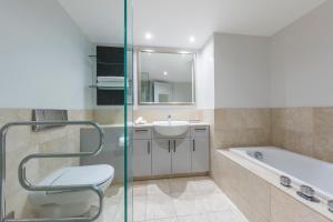 Avani Metropolis Auckland Residences的一间浴室