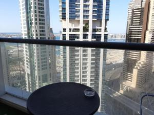 Private rooms in 3 bedroom apartment sky nest home sky view tower的阳台或露台