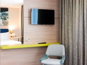 宜必思尚品酒店,伦敦希思罗机场的电视和/或娱乐中心
