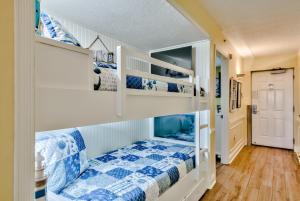 Pelican Beach Resort by Tufan客房内的一张或多张双层床