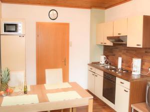 Ferienwohnungen Brezjak的厨房或小厨房