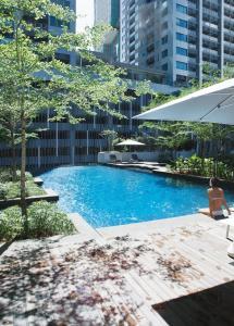 吉隆坡辉盛庭国际公寓内部或周边的泳池
