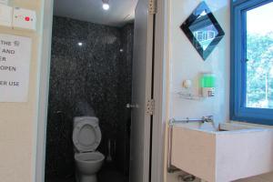 柯夫路MKS背包客旅舍的一间浴室
