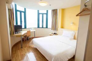 7天连锁酒店北京朝阳北路常营地铁站店客房内的一张或多张床位