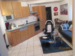 Ferienwohnung am Karlsberg的厨房或小厨房