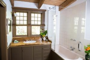 莨山住宿加早餐旅馆的一间浴室