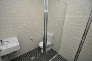 格勒贝自助式现代一卧室公寓(3 COW)的一间浴室