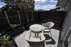格勒贝自助式现代一卧室公寓(3 COW)的庭院或其他户外区域