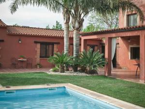 Mas Cabre内部或周边的泳池