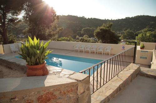 Villa Elpiniki内部或周边的泳池