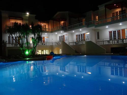 佩尔拉海滩内部或周边的泳池