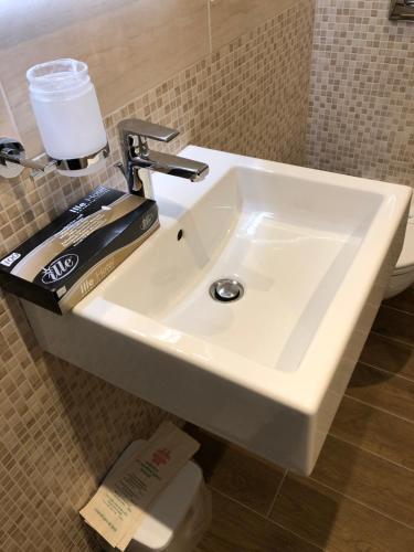 Aurora Sirmione Appartamenti的一间浴室