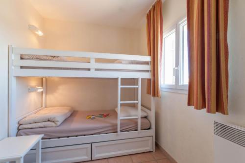 普罗旺斯皇家桥皮埃尔度假酒店客房内的一张或多张双层床