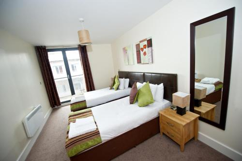 Staycity Aparthotels Birmingham City Centre Arcadian客房内的一张或多张床位