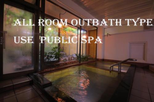 三色坎酒店内部或周边的泳池