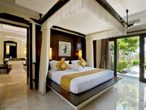 巴厘岛阿雅娜度假别墅客房内的一张或多张床位