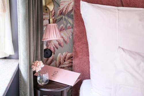 MJ酒店客房内的一张或多张床位