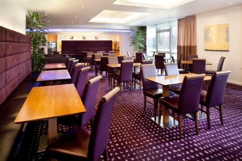 假日快捷剑桥酒店餐厅或其他用餐的地方