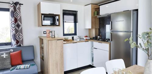 Camping la Haie Penée ****的厨房或小厨房
