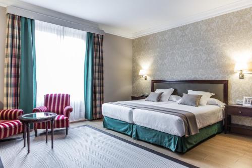 卡尔顿酒店客房内的一张或多张床位