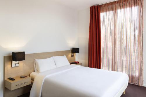 圣路易巴塞尔阿德吉奥阿克瑟斯公寓式酒店客房内的一张或多张床位