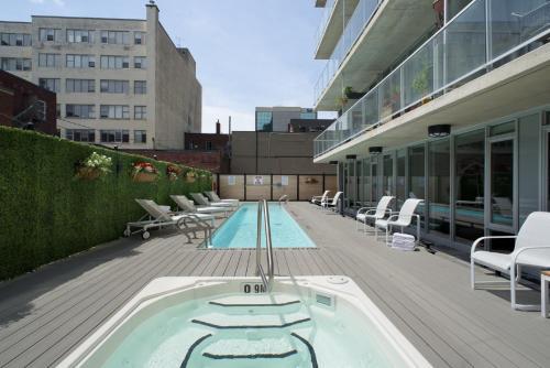 渥太华SMR里斯加公寓式酒店内部或周边的泳池
