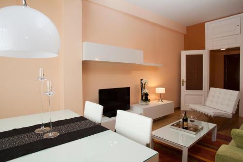 马德里广场公寓的电视和/或娱乐中心