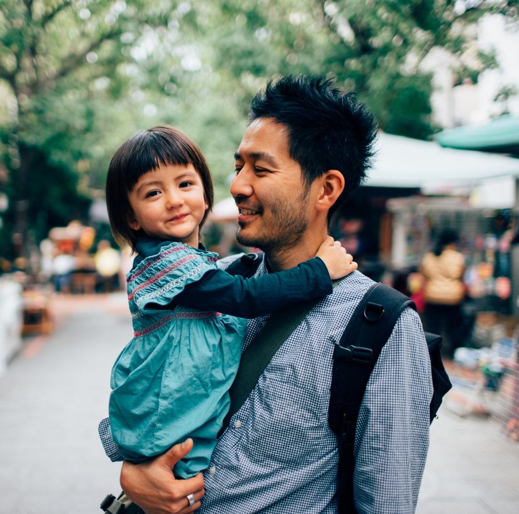 父亲在对孩子微笑