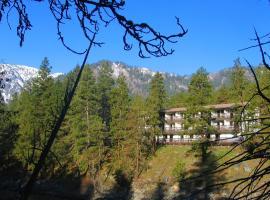 高山河流旅馆