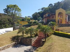 Casa amarela em Mairiporã com piscina aquecida