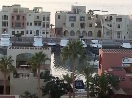Sea View Apartment at Tala Bay Resort in Aqaba,位于亚喀巴亚喀巴南海滩附近的酒店
