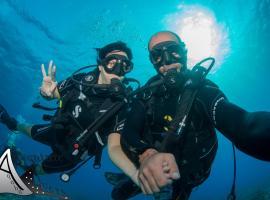 亚喀巴探险潜水度假旅舍,位于亚喀巴的酒店