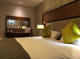 市政厅和亚麻交易所威瑟斯本酒店,位于邓弗姆林的酒店