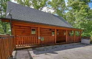 2 Swimming pools FREE Mini Golf HONEY BEAR Mtn Cabin - Hot Tub - Pool Table