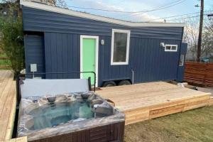 CLEAN! HGTV Tiny Home w/ HOT TUB - 1 Mile to Downtown